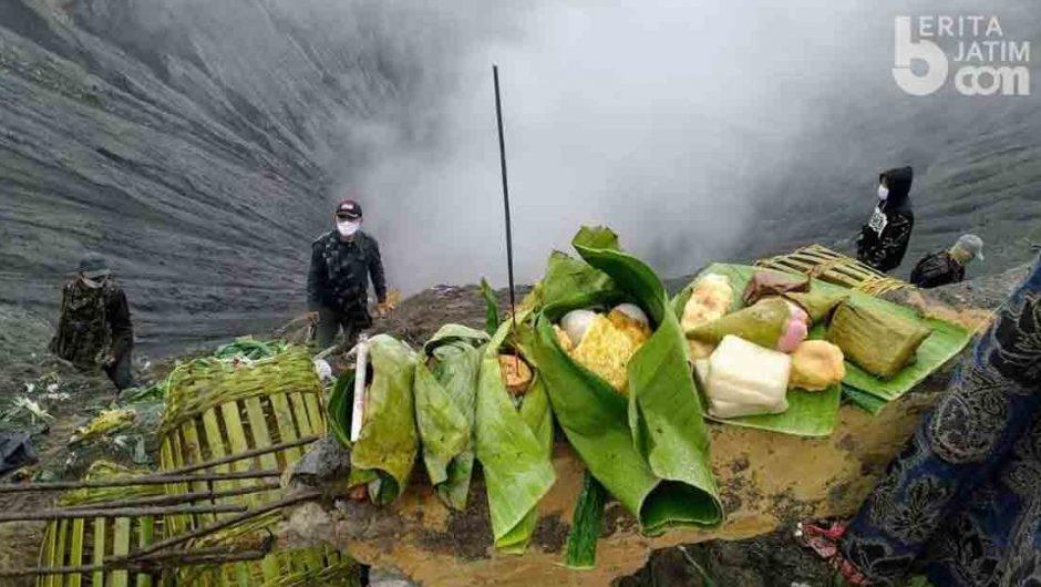 Upacara Yadnya Kasada di Kawah Gunung Bromo